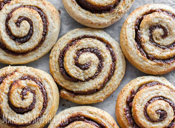 cinnamon rolls sweetened with dates